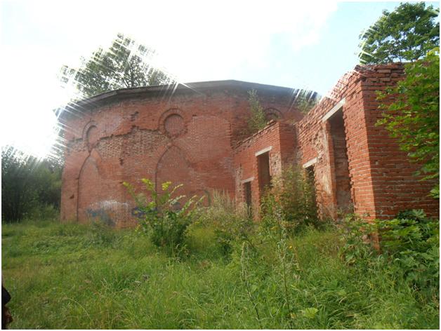 Руины строения в сентябре 2013 года