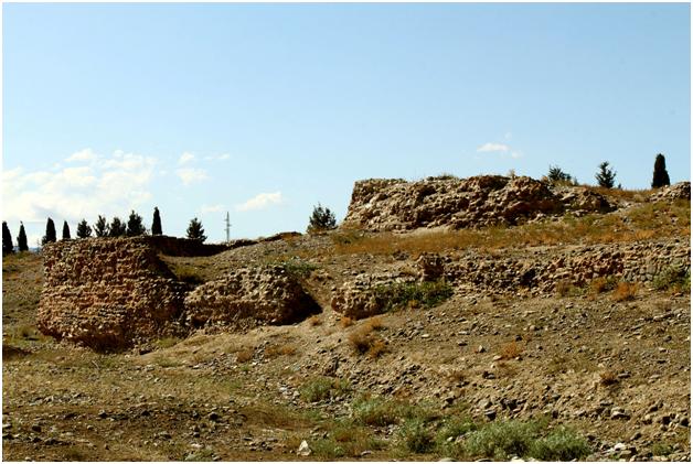 Остатки крепостных стен Старой Гянджи (XII — начало XIII вв.)(честно говоря, не производят впечатления как крепостные – моё  примеч.)