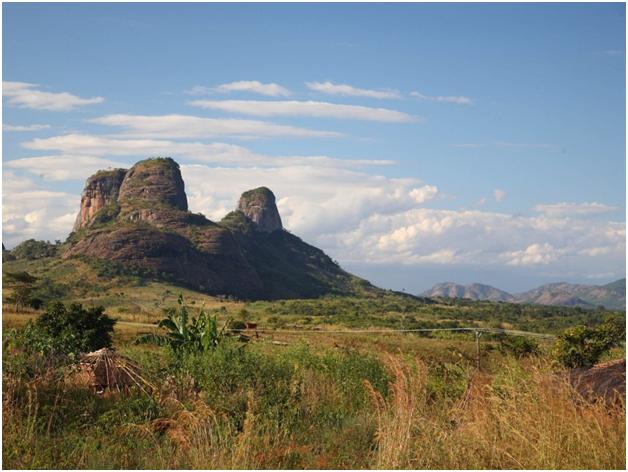 Причудливые формы гор в Мозамбике