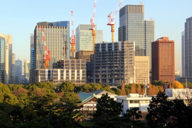 строительство небоскребов. Вид из Императорского парка в Токио.