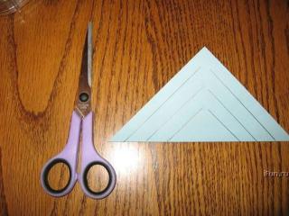 квадратный лист сложить по-диагонали и сделать надрезы