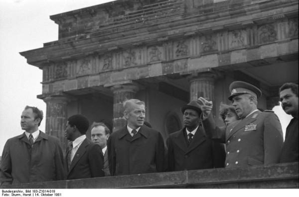 Bundesarchiv_Bild_183-Z1014-018,_Berlin,_Staatsoberhaupt_Angolas_an_der_Grenze