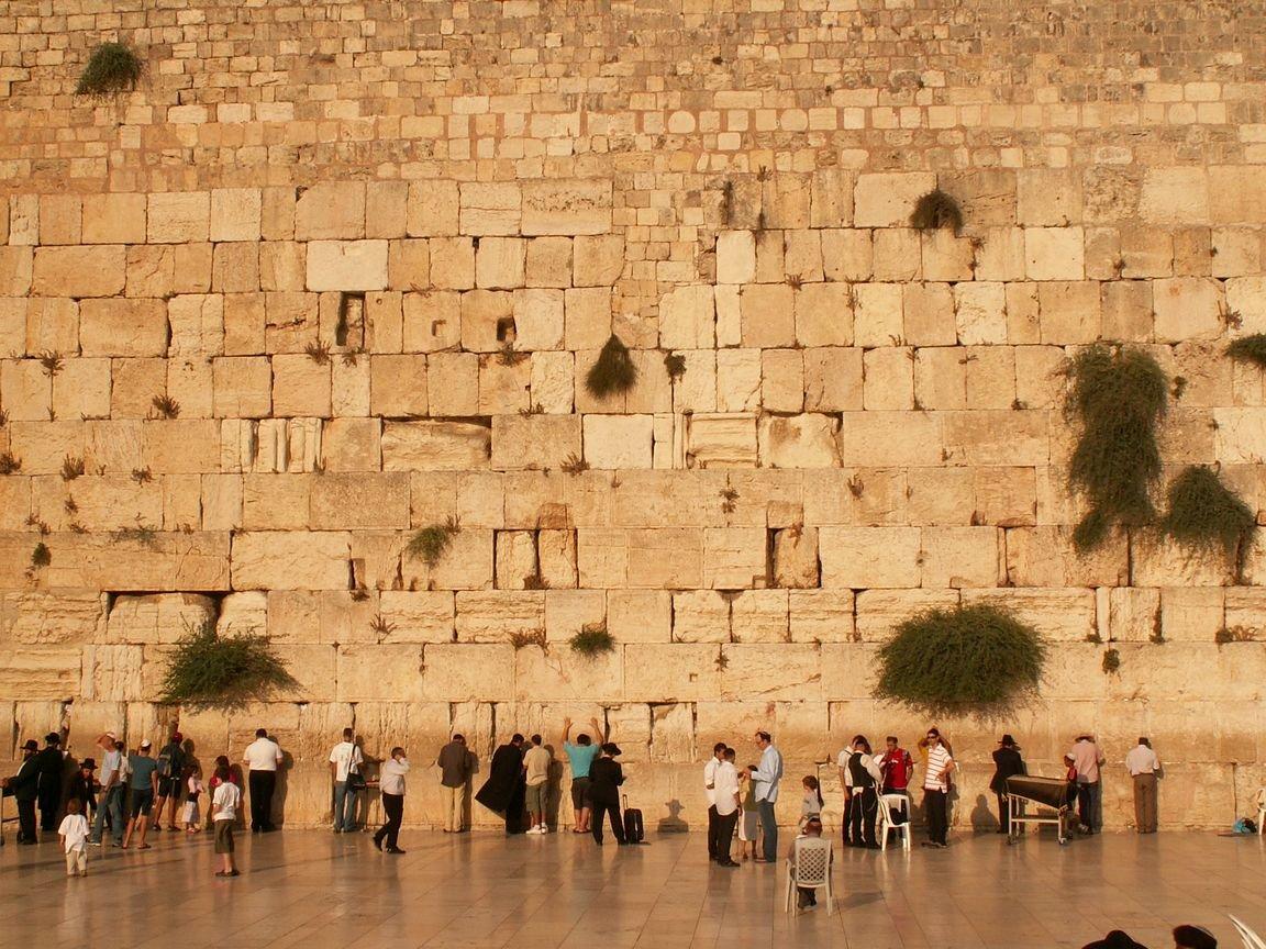 Упоминания о Западной Стене Храма можно встретить в ранних еврейских текстах, хотя полной уверенности в том...