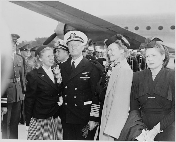 744px-Photograph_of_Admiral_Chester_Nimitz_and_his_family,_taken_on_the_occasion_of_the_celebration_held_in_Washington_D.C...._-_NARA_-_199199