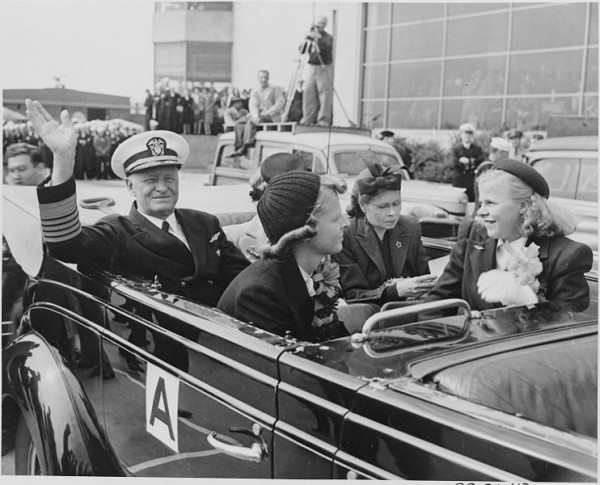 742px-Photograph_of_Admiral_Chester_Nimitz_and_his_family_in_a_limousine_for_their_motorcade_through_Washington._-_NARA_-_199201