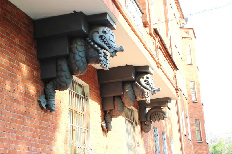 Под тяжестью балконов, любой смирным станет, а суть всё равно скалится