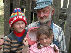 В.А.Шишин с внучками Лизой и Христиной