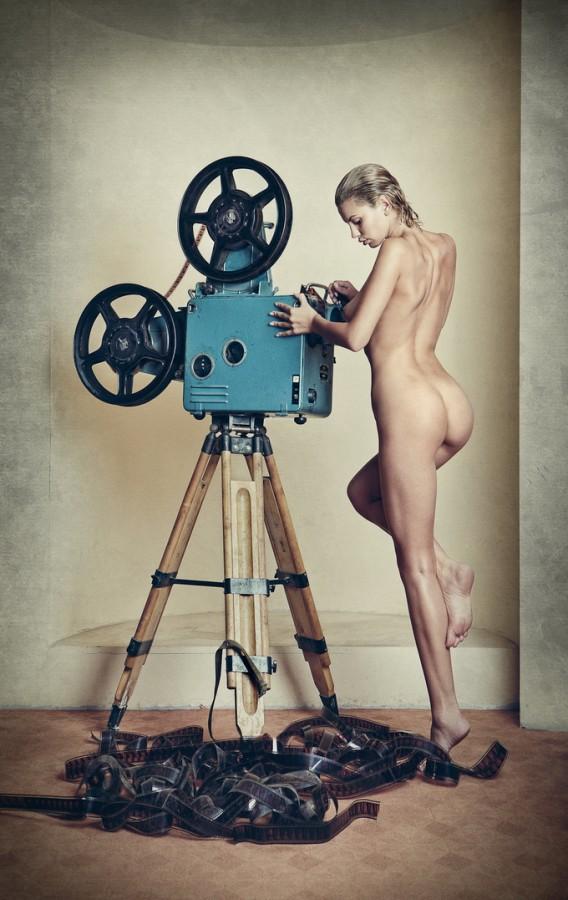 девушка с кинокамерой