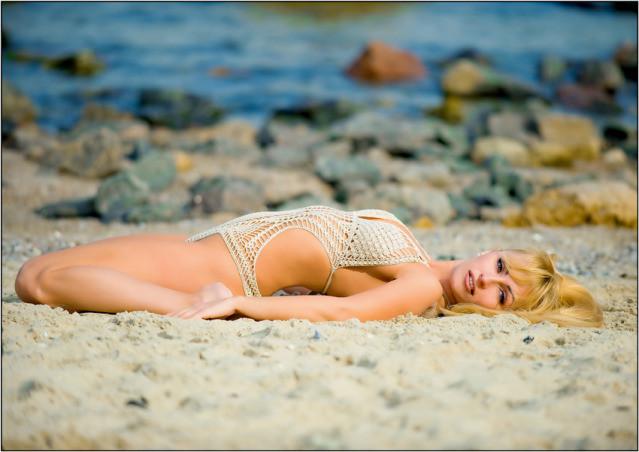 девушка на песке
