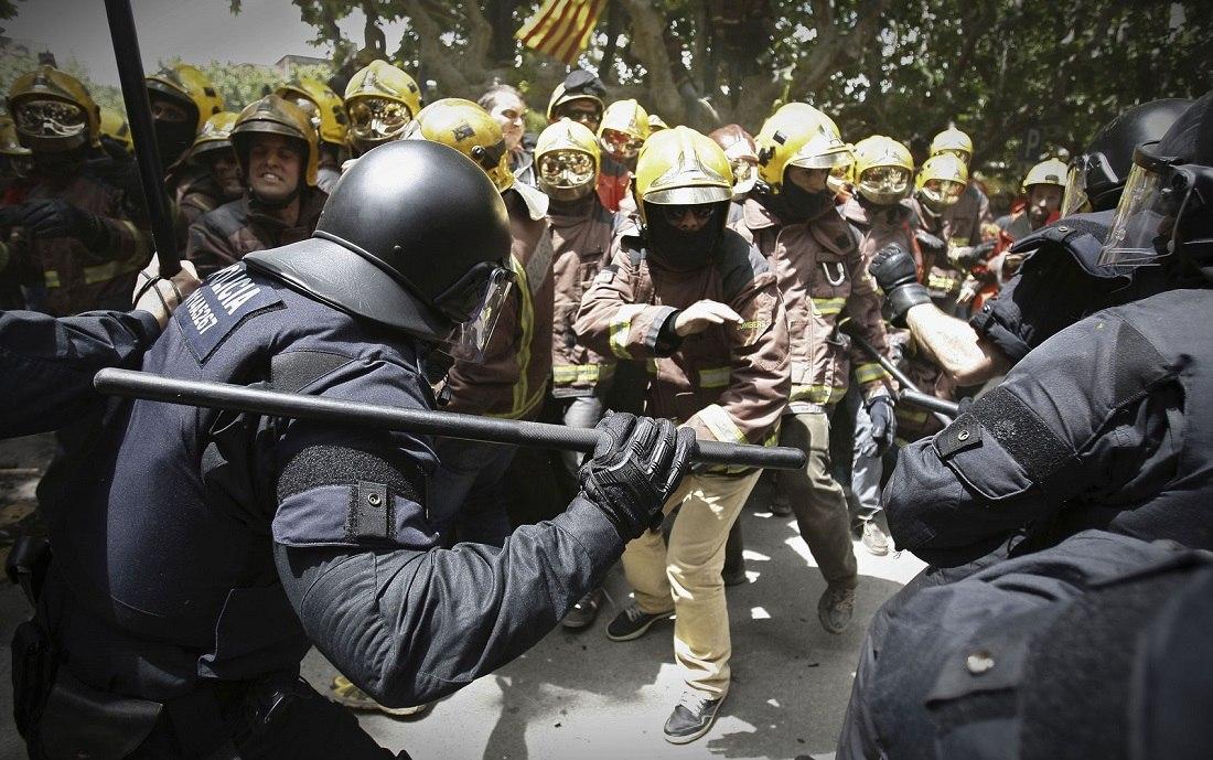 барселона_пожарные против полиции