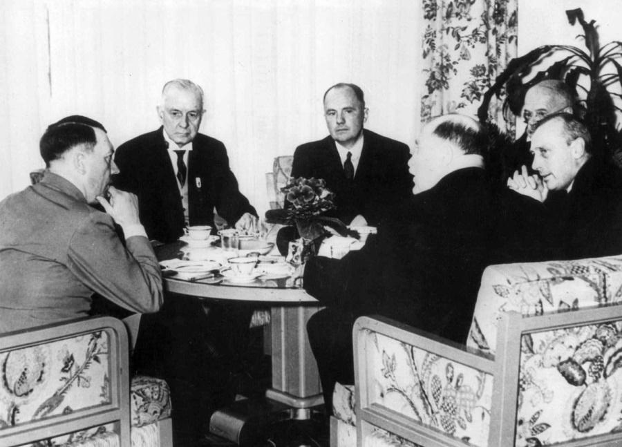 Гитлер и основатель IBM Томас Уотсон