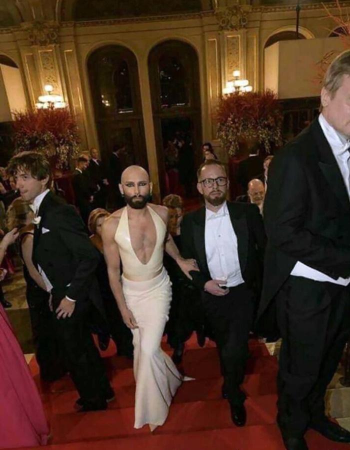 премьер Люксембурга и его ручной петух