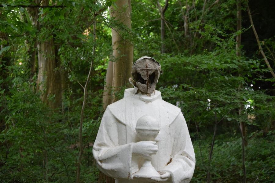 разбитая BLM-приматами статуя