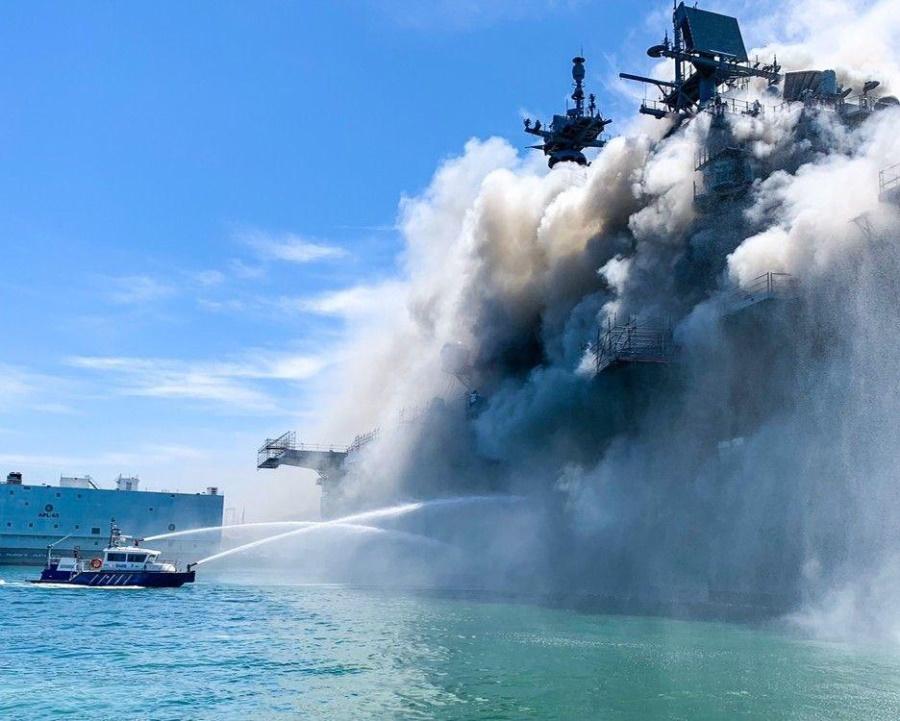 горящий в Сан-Диего USS Bonhomme Richard_1
