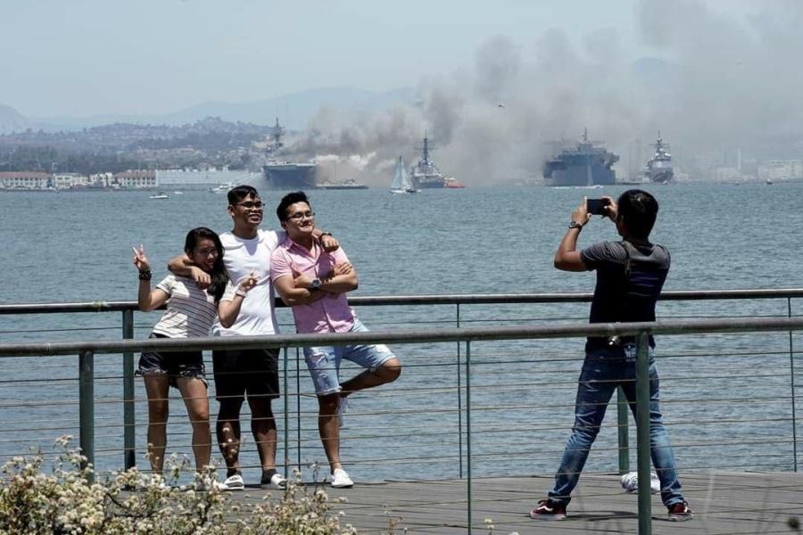 горящий в Сан-Диего USS Bonhomme Richard_2