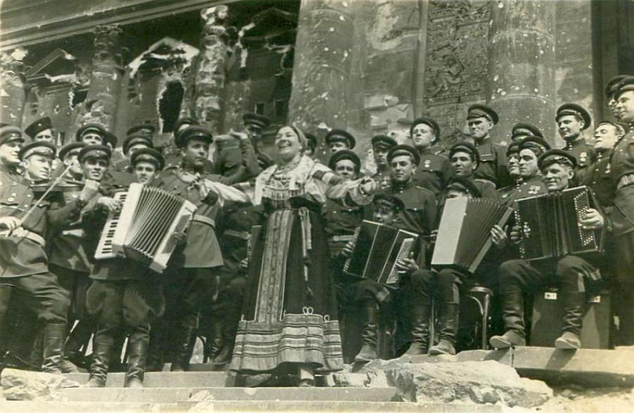 Лидия Андреевна Русланова у стен Рейхстага