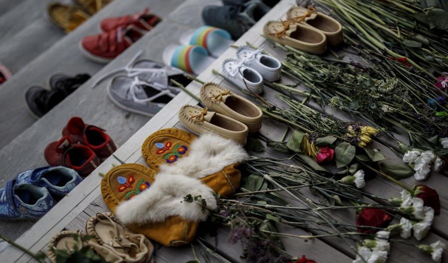 цветы жертвам геноцида индейских детей