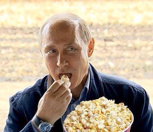 дядя Вова ест попкорн