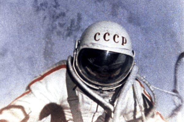 советский космонавт в открытом космосе