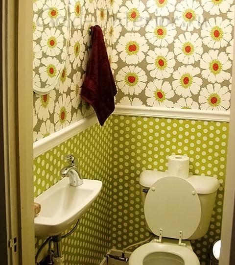yarkie_printi_na_stenah_v_dizayne_malenkogo_tualeta