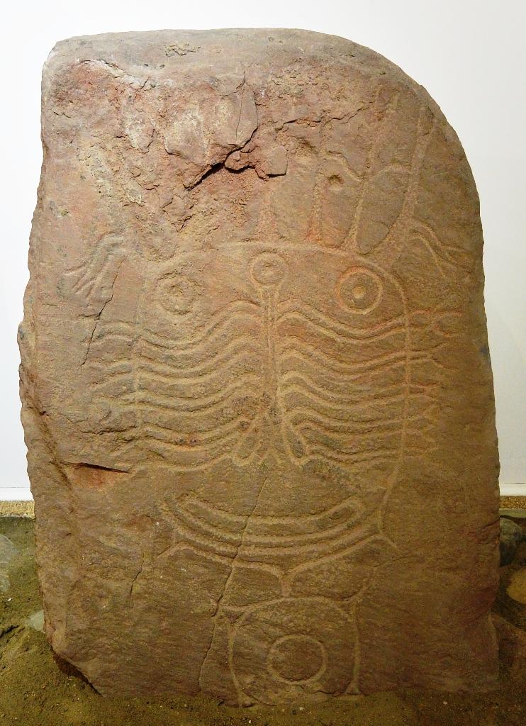 Плита с изображением личины из могильника Верх-Аскиз-1, хранится в Хакасском национальном краеведческом музее г. Абакан