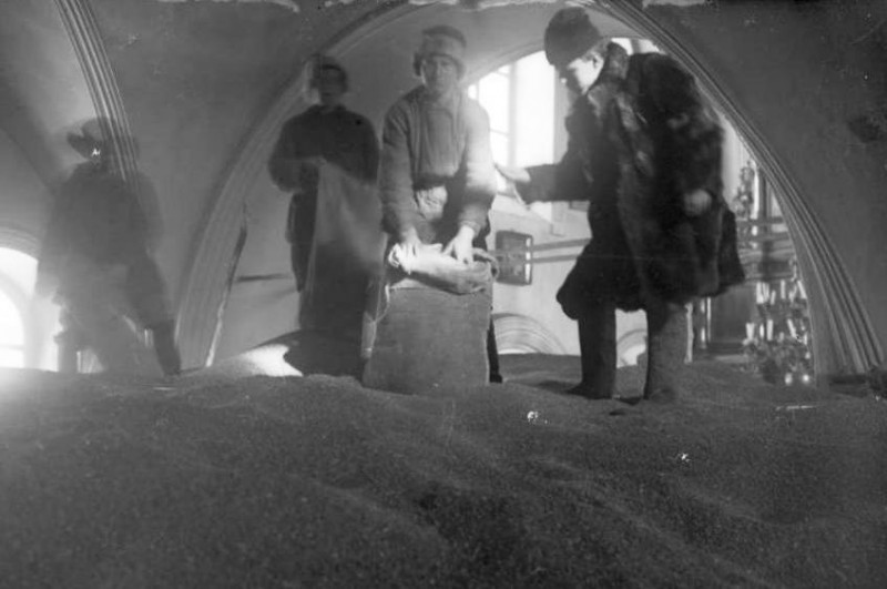Прием зерна на хлебоссыпном пункте в Спасском соборе, Минусинск 1933 год.