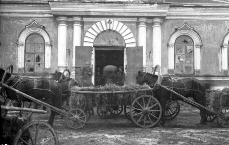 Приёмка зерна в помещении Спасского собора. Минусинск, 1933 год.