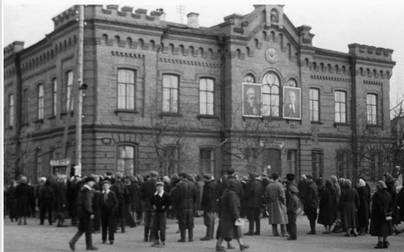 Апрель 1961 года, минусинцы слушают репортаж о прибытии в Москву Ю.А.Гагарина. Фото Андреева