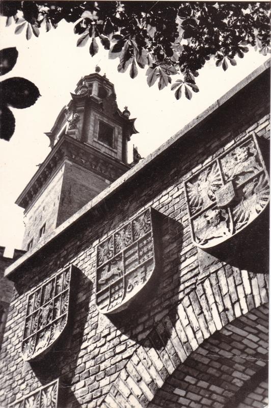 Башня с часами и стена гербовых ворот