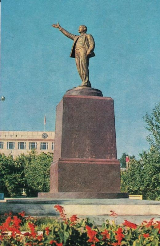 Памятник Ленину (в настоящее время не существует, в 1987 году заменен на более солидный)