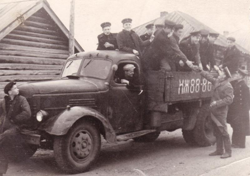 Пассажироперевозки 50-х, курсанты едут на помощь колхозникам