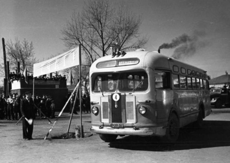 На старте автобус ЗИС-155