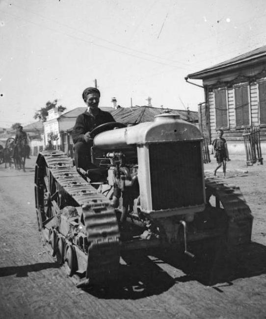 Фордзон на гусеничном ходу в городе Минусинске. Фото Терехин П.А.