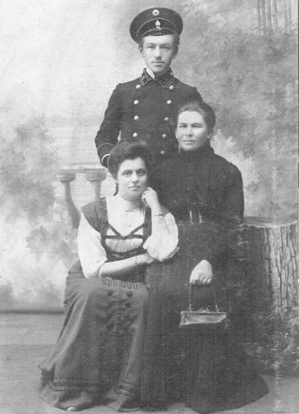 Телеграфист Халепский И.А. с матерью Марией Мариановной и тетей. Ачинск 1913 год.
