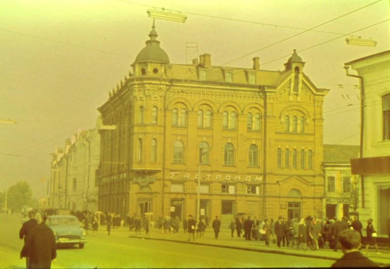 Гастроном на проспекте Ленина, сейчас в этом здании располагается  городская Дума Томска.
