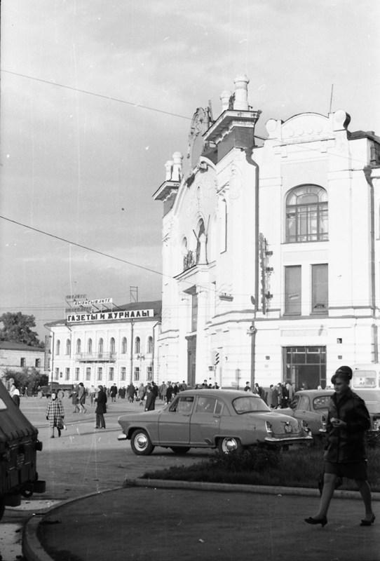 Перекресток проспекта Ленина и переулка Батенькова, Второвский пассаж.