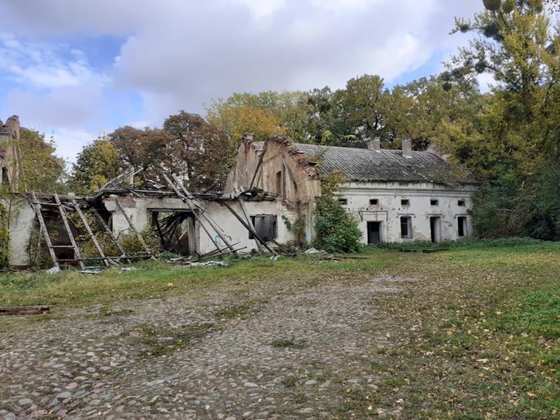 Руины конюшни и каретной