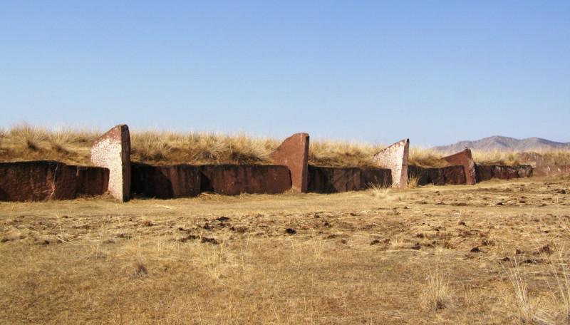 Ограда из каменных плит, высота горизонтально лежащих плит около 2 метров