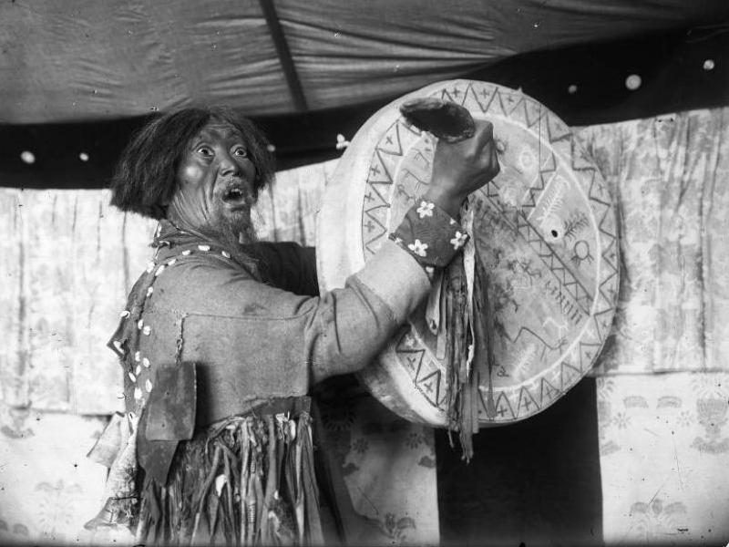 Манекен шамана с бубном в Минусинском музее. Фото Н.В. Фёдорова, 1912 год.