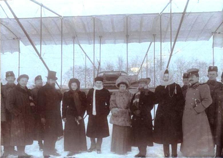 Авиатор Масленников Б.С. у летательного аппарата во время показательных полетов в Болгарии.