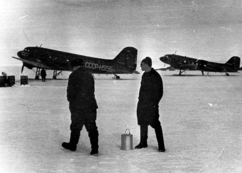 Заправка топливом Ли-2, Антарктида 1959 год, автор не установлен.