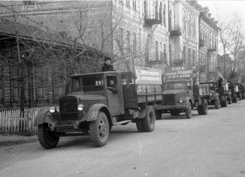 """1956 год, Минусинск, последняя колонна с зерном в счет """"сибирского миллиарда"""", фото Ратков Г.Д."""