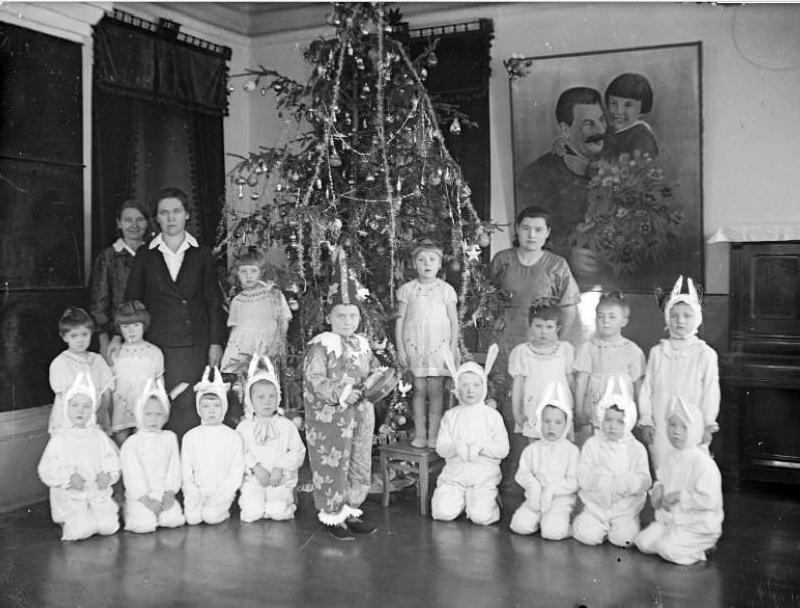 Дети и воспитатели у новогодней елки в детском саду №2, автор не установлен, 1941 год.