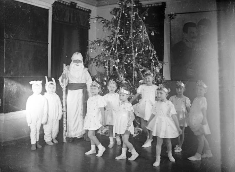 Мальчики - зайчики, девочки - снежинки. 1941 год, автор неустановлен
