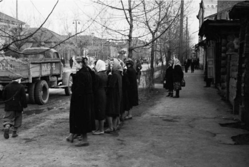улица Ленина, минусинцы слушают Москву, фотограф Андреев Г.С. 14 апреля 1961 года