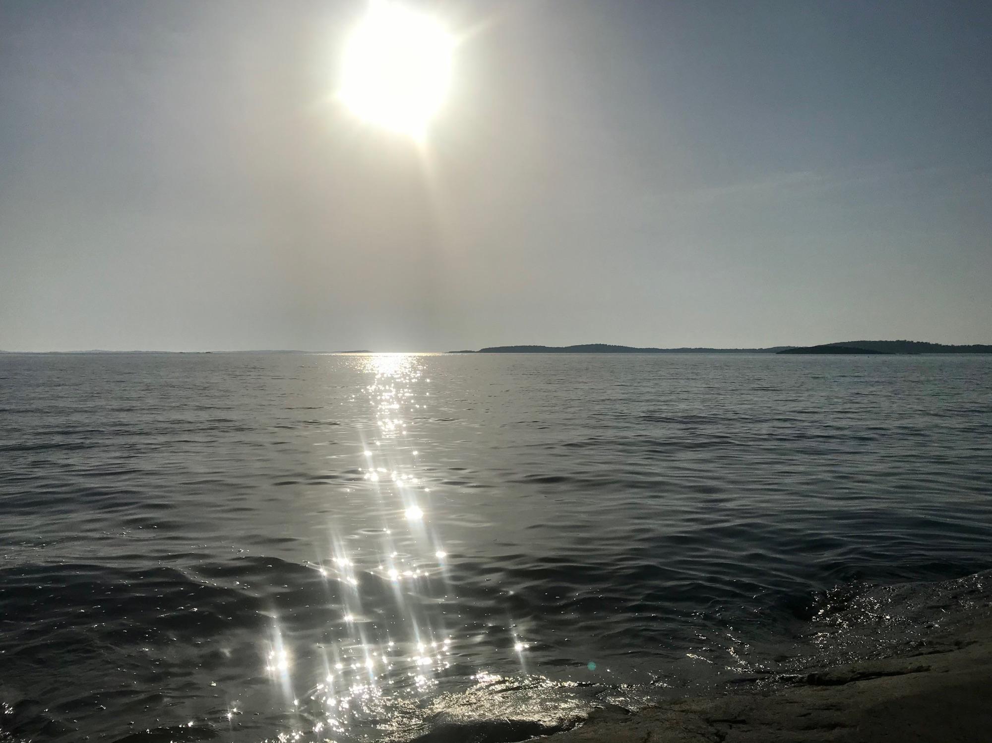 Утомлённое солнце нежно с морем прощалось...