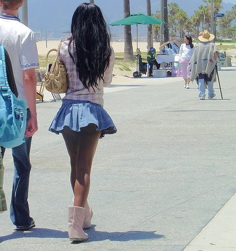 pink-uggs-with-miniskirt
