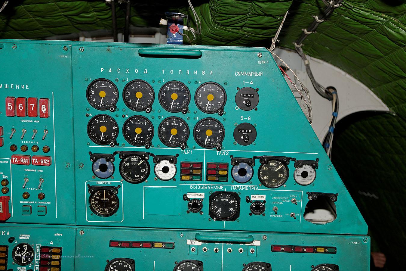 Ракетный корабль-экраноплан Лунь на берегу Каспийского моря