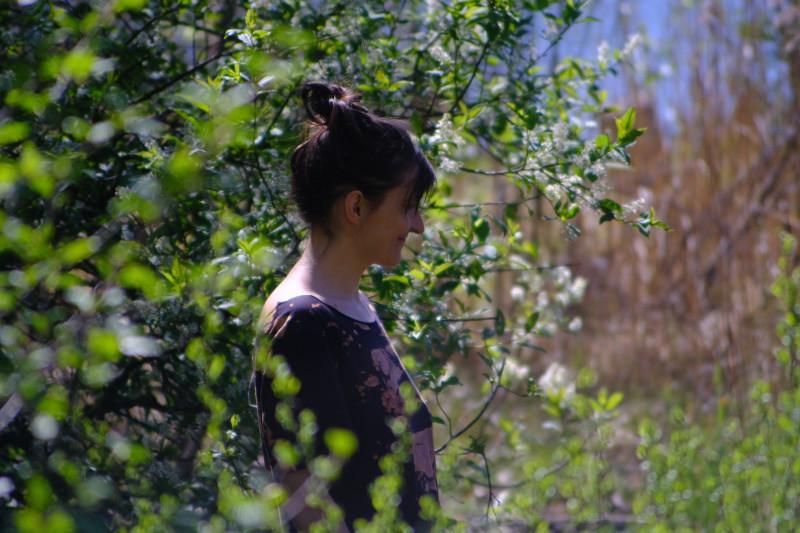 Саша в зарослях цветущей черёмухи