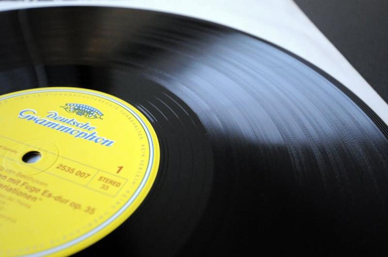Логотип немецкого лейбла Deutche Grammofon на пластинке - гарантия качества записи и материала